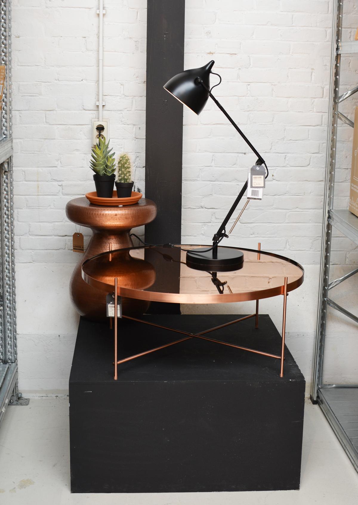 Zuiver tafeltje en lamp
