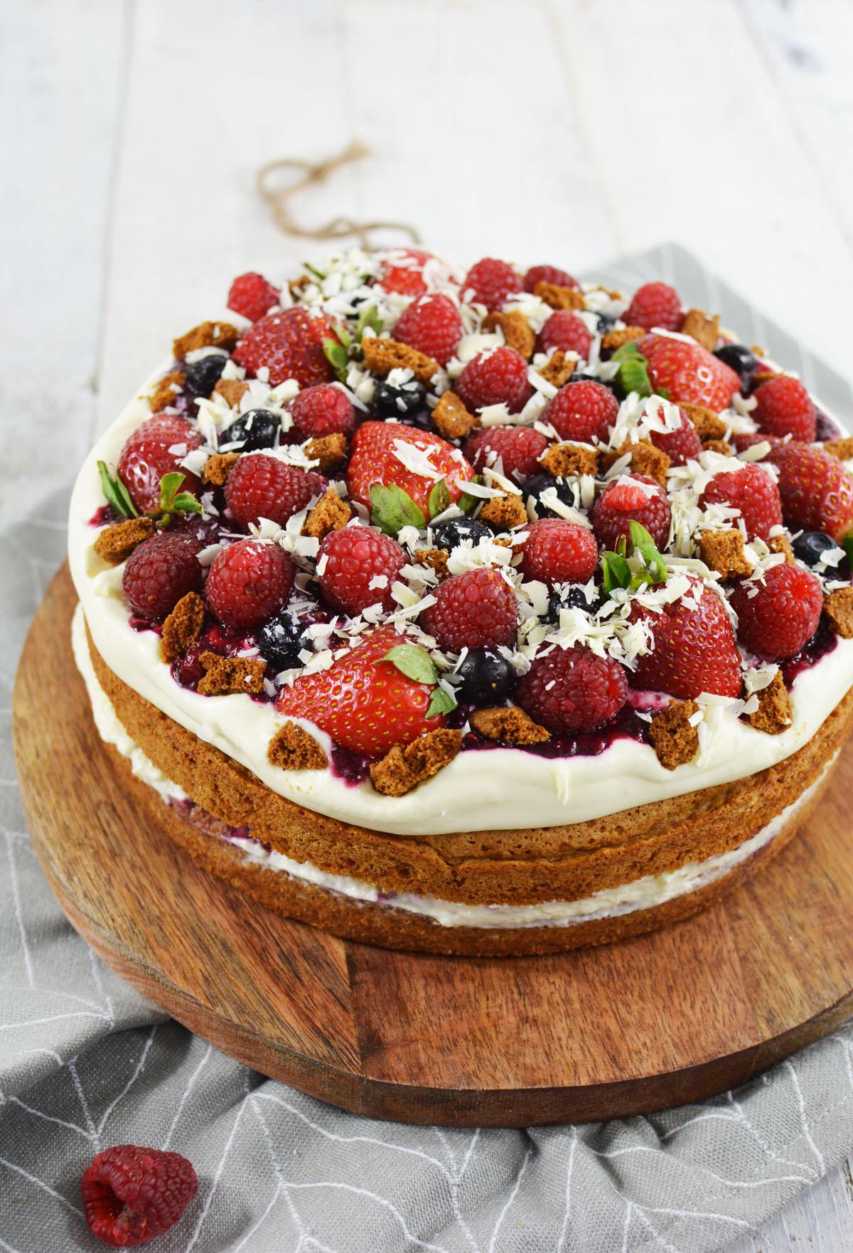 Bastogne taart met een romige vulling en veel rood fruit for Nep fruit waar te koop