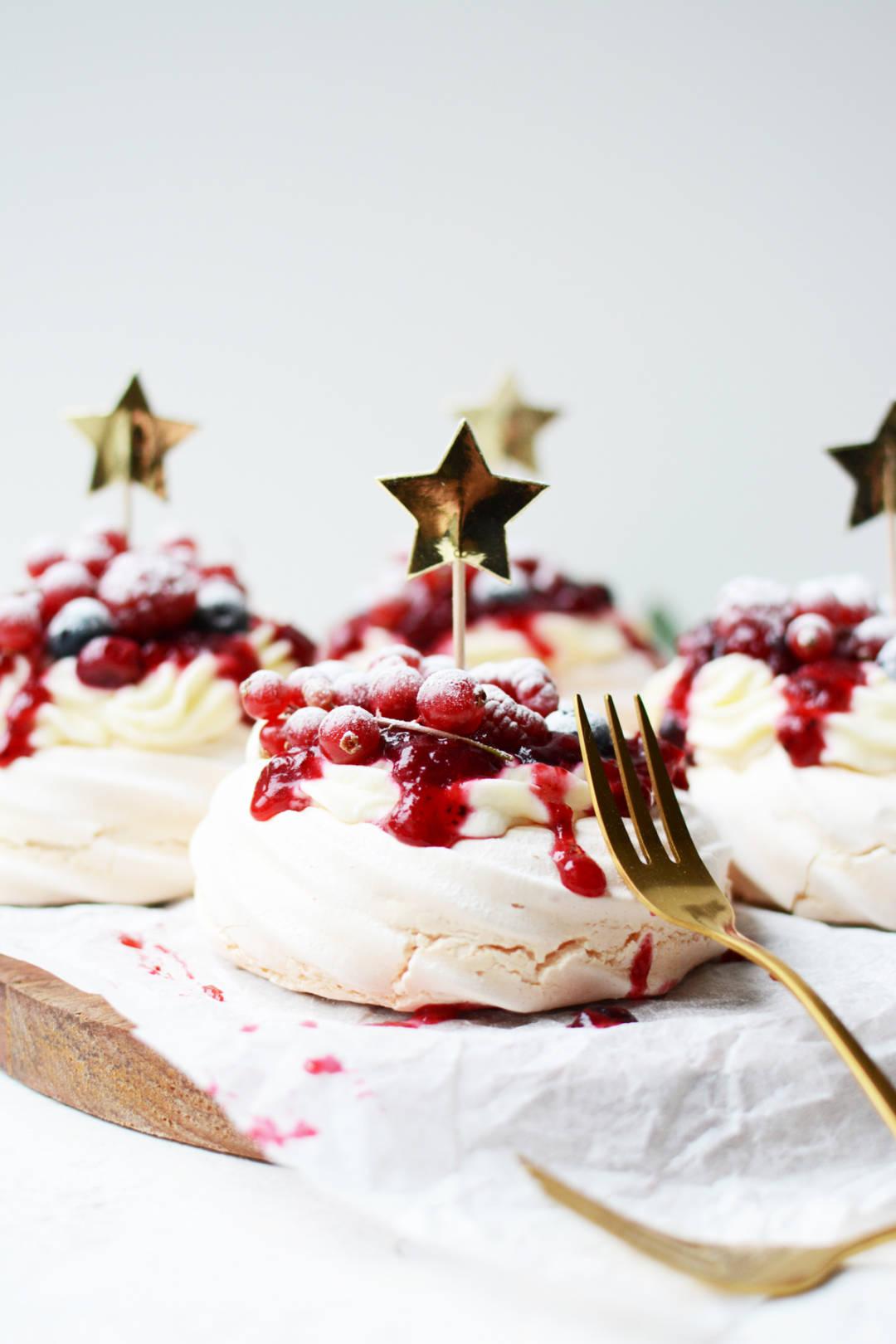 Mini Pavlova S Met Rood Fruit Het Perfecte Kersttoetje