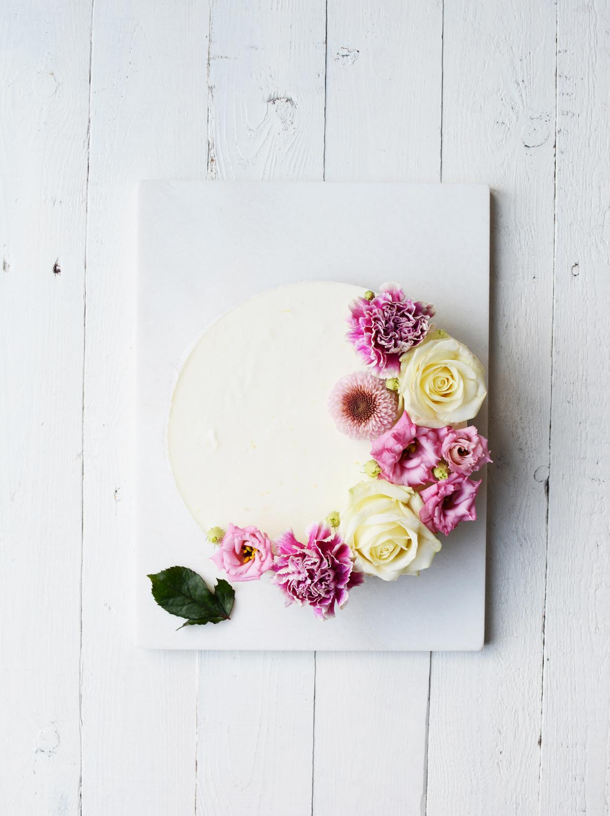 Frisse citroenkwarktaart met bloemen 3