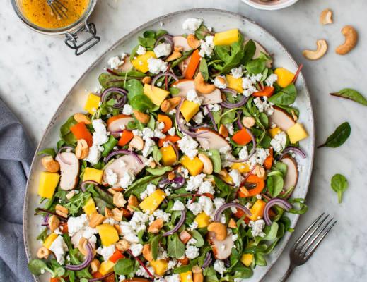 Salade met mango, gerookte kip en geitenkaas