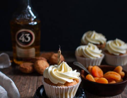 Bitterkoekjescupcakes met abrikozen en Licor 43