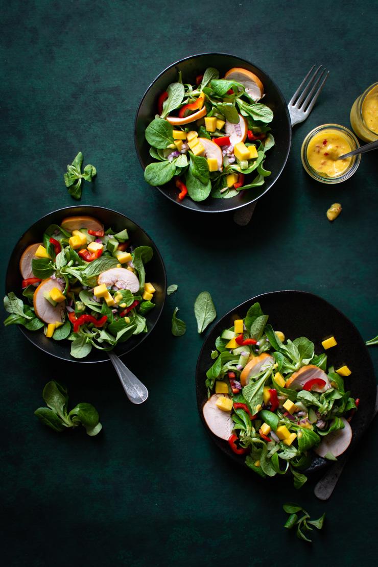 Salade met mango en gerookte kip