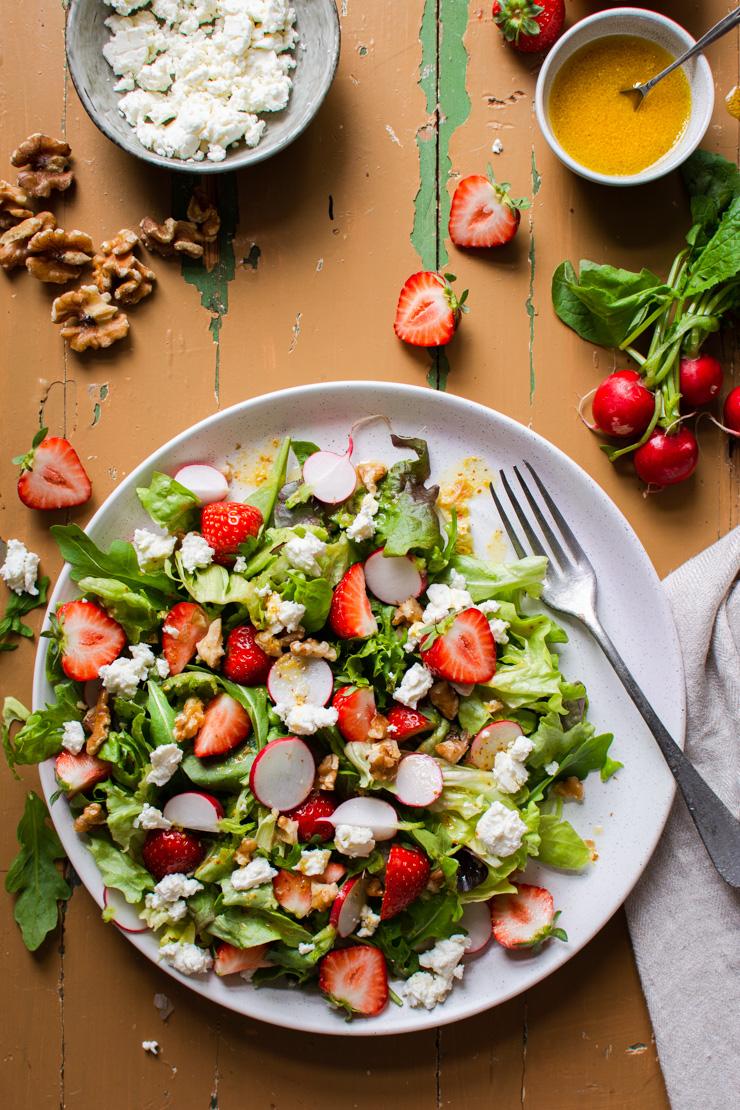 Zomerse salade met aardbeien, feta, sinaasappel en radijsjes